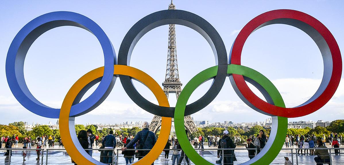 Les anneaux olympiques sur le parvis du Trocadero face à la tour Eiffel. (© Eliott PIERMONT/REA)