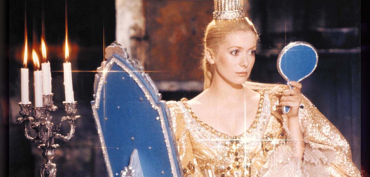 """La princesse (Catherine Deneuve) devant son miroir, dans le film """"Peau d'âne"""" (réal. Jacques Demy, 1970)."""