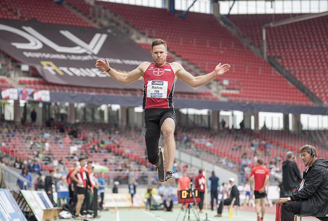 """La recherche va tenter de trouver un """"optimum"""" pour les prothèses des athlètes paralympiques. Ici, Markus Rehm, recordman du monde de saut en longueur dans sa catégorie. (© Anke Waelischmiller / SVEN SIMON / SVEN SIMON / DPA/ AFP)."""